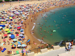 800px-Typical_Crowded_Beach